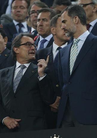 El presidente de la Generalitat, Artus Mas, conversa con el rey Felipe, al finalizar el partido de la final de la Copa. / Juan Carlos Hidalgo (Efe)