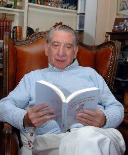 José Esteban con un ejemplar de ... en las manos / J. L. Pino (Efe)