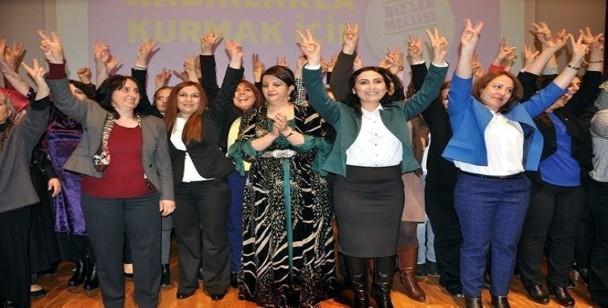 Las candidatas de la lista presentada por el HDP en toda Turquía celebran el triunfo electoral de los kurdos. / Firat News
