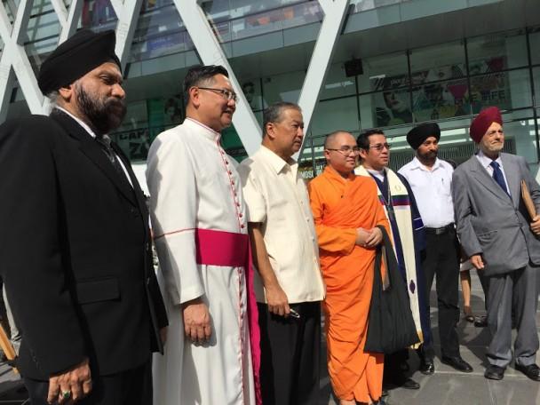 Representantes de cinco religiones, tras el funeral celebrado hoy por las víctimas en Bangkok.