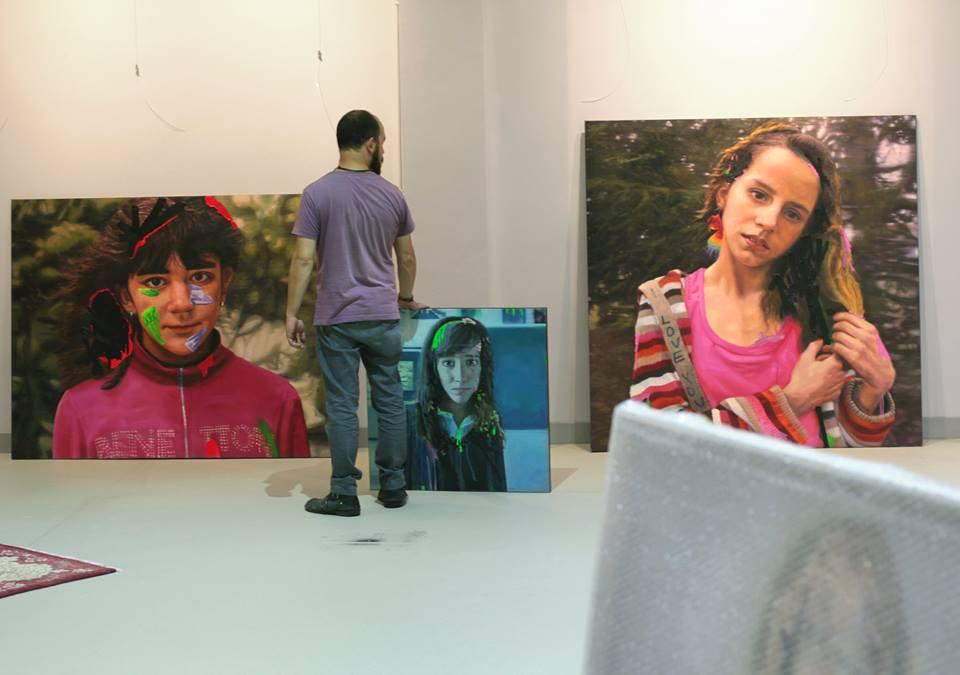 Preparativos de la exposición de Alejandro Carpintero en la sede de Arcilla