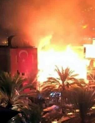 La sede del HDP en Alanya presa de las llamas. / Jinha