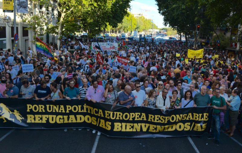 Dirigentes políticos y sindicales portando otra de las pancartas de la manifestación. / Cumbre Social
