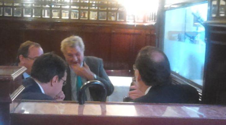 De izquierda a derecha, Alfonso Alonso, ..., Jesus Posadas, y Mariano Rajoy, ayer, almorzando en el Bar Manolo, junto al Congreso. / L. D.