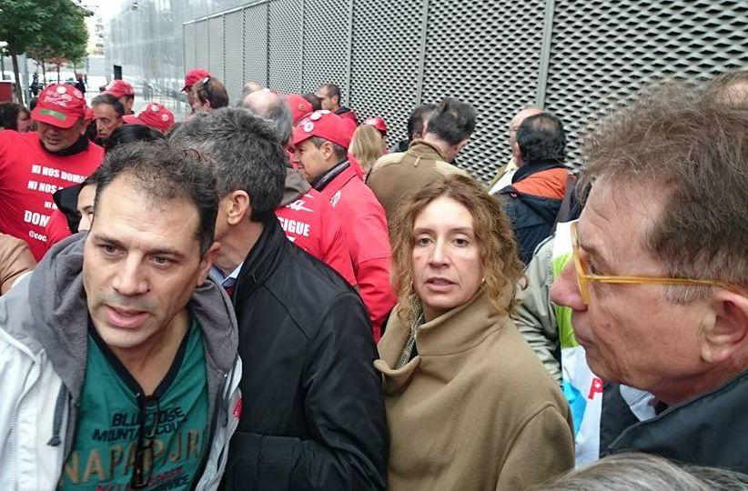 Juan Carlos Asenjo, ayer, recibiendo el apoyo de sus compañeros antes de declarar en el juzgado número 5 de Fuenlabrada. A la derecha, el secretario de CCOO de Madrid, Jaime Cedrún. / Madrid Sindical