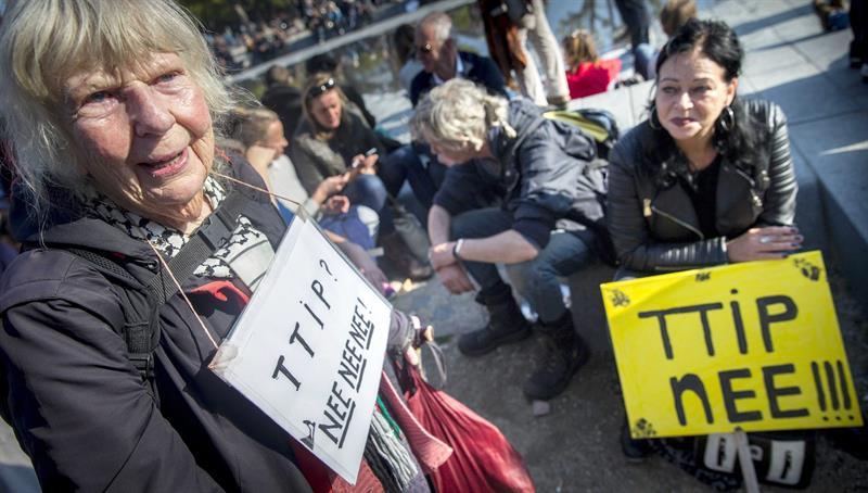 La manifestación contra el TTIP concentró a ciudadanos de todas las edades. / Jerry Lampen (Efe)