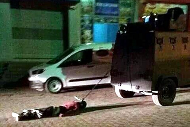El cuerpo de Haci Lokman Bilik, arrastrado en Sirnak (Turquía) por una tanqueta de la Policía. / Facebook.com/HDPdemirtas