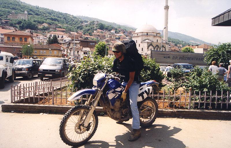 Imagen de Miguel Gil durante uno de sus trabajos como reportero de guerra. / condeduquemadrid.es