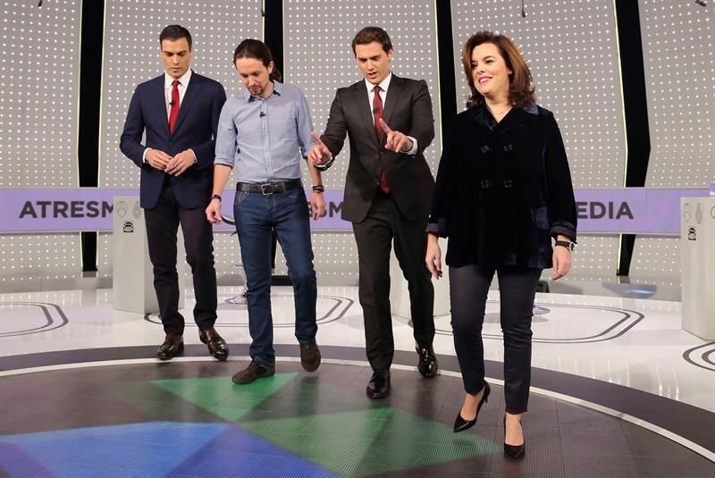 De derecha a izquierda, Soraya Sáenz de Santamaría, Albert Rivera, Pablo Iglesias y Pedro Sánchez tras el debate celebrado en Antena 3 pasado lunes. / Ballesteros (Efe)