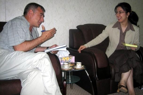 Entrevistando en 2006 a Chinar Saad Abdula, ministra de víctimas del genocidio en Arbil (Irak). / Cuartopoder