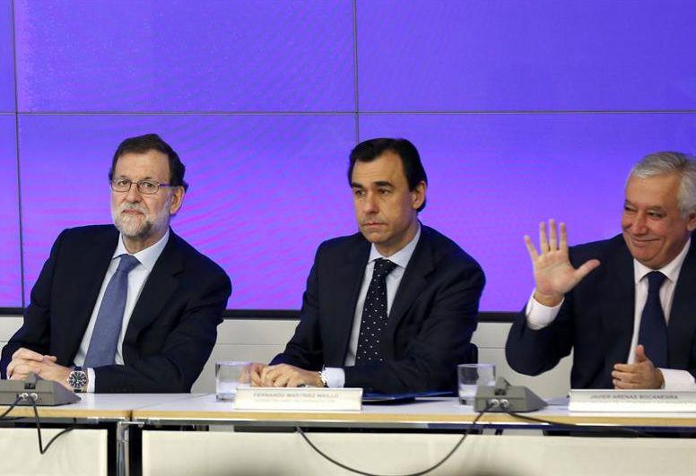 De izquierda a derecha, Mariano Rajoy, Fernando Martínez-Maillo y Javier Arenas, durante la última reunión del Comité Ejecutivo del PP. / Sergio Barrenechea (Efe)
