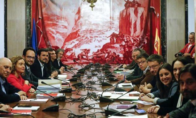 Vista general de la reunión de los equipos negociadores del PSOE, Podemos, IU y Compromís que se han reunido hoy en el Congreso de los Diputados. / Kiko Huesca (Efe)