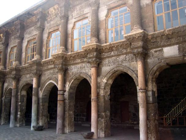 Fachada antigua de la Gran Mezquita, situada en el centro del casco antiguo. / Manuel Martorell
