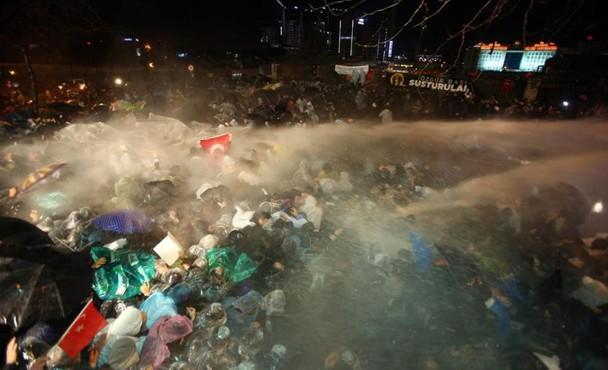 """Imagen de la actuación de la Policía este viernes en el periódico Zamán, """"confiscado"""" por el Gobierno turco. / Mehmet Yaman (Efe-Zaman)"""