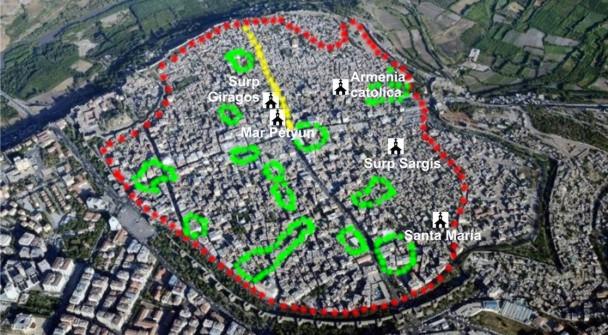 """Vista aérea del casco antiguo de Diyarbakir, con las principales iglesias. El perímetro rojo indica la zona expropiada mientras que el verde indica las fincas fuera del decreto y el amarillo la """"Calle de las Culturas"""". / M. M."""