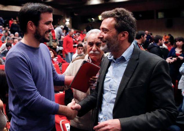 Alberto Garzón saluda a Mauricio Valiente, nuevo coportavoz de IU Madrid, durante la clausura de la Asamblea Constituyente de la formación. / Ballesteros (Efe)