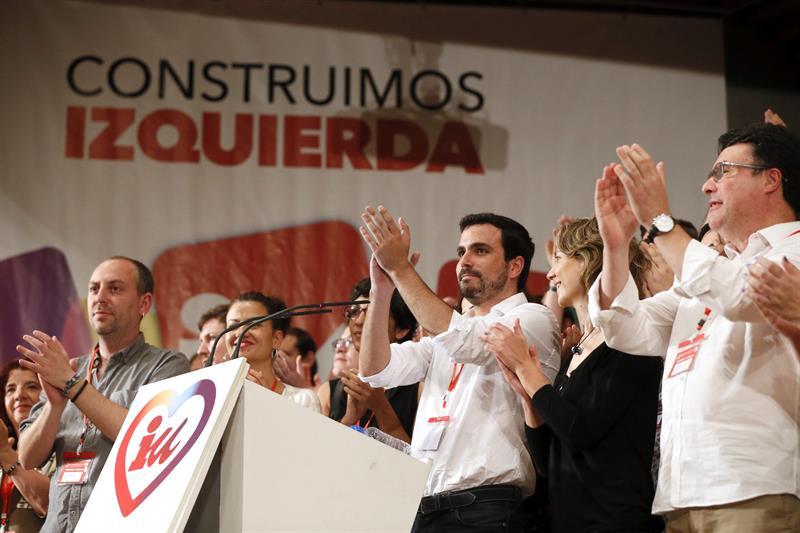 Alberto Gazón, en el centro de la imagen, tras cerrar con su discurso como nuevo coordinador federal la XI Asamblea de IU. / Foto: Fernando Alvarado (Efe)