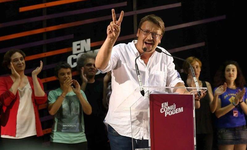La alcaldesa de Barcelona, Ada Colau, en la parte izquierda, aplaude al candidato de ECP, la pasada noche, tras el triunfo obtenido por su partido en Cataluña. / Foni Albir (Efe)