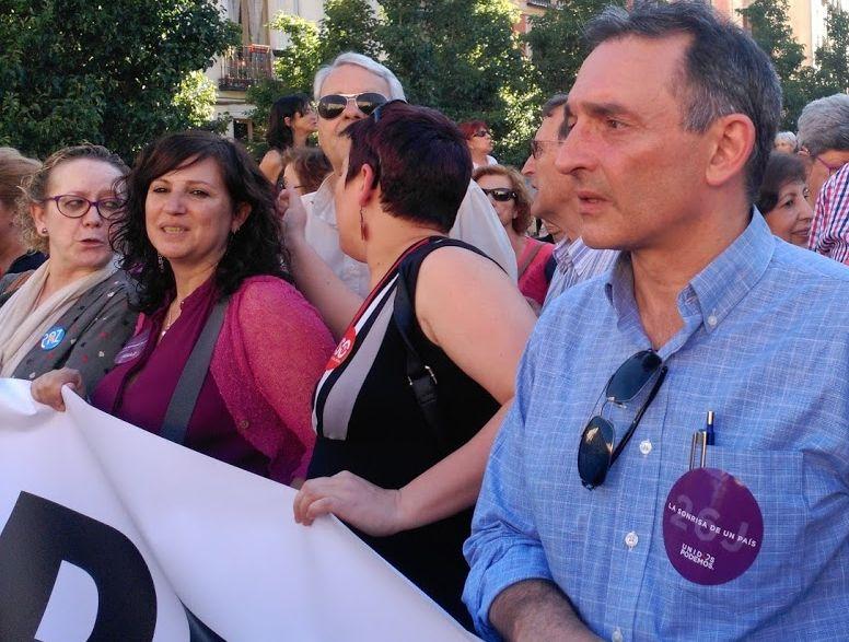 A la derecha de la imagen, Enrique Santiago, durante la manifestación celebrada en Madrid con motivo del Día Internacional del Refugiado. / Sato Díaz