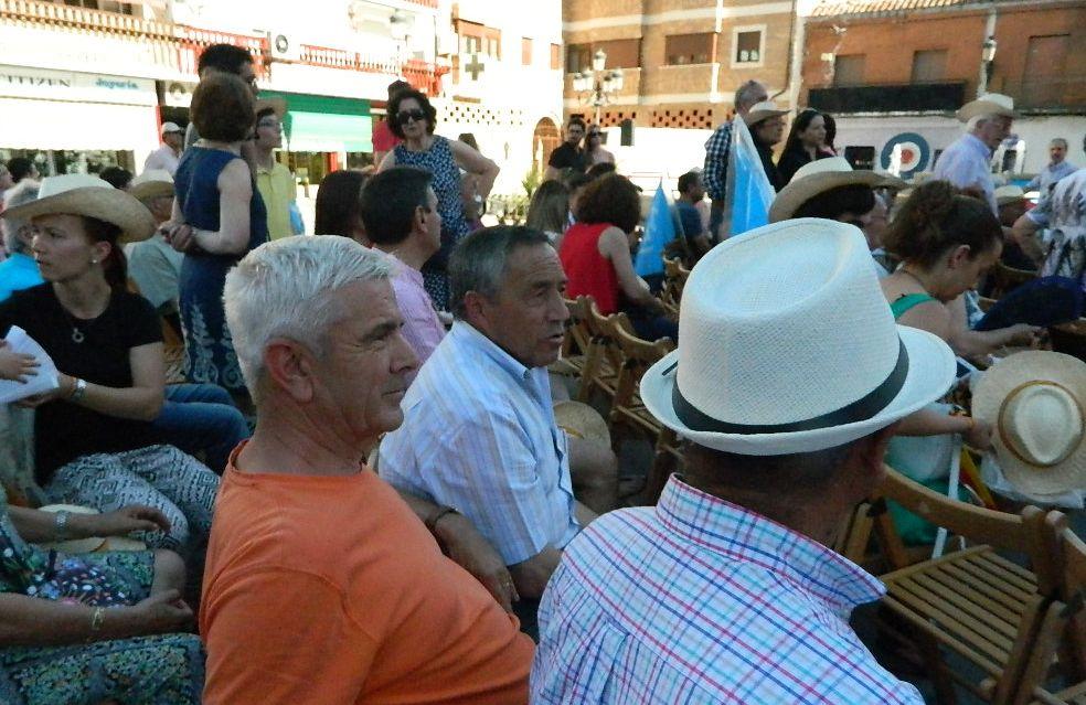 Juan, de pelo blanco, ya tiene decidido votar al PP. Sus amigos Antonio y Eduardo se lo están pensando. / L. D.