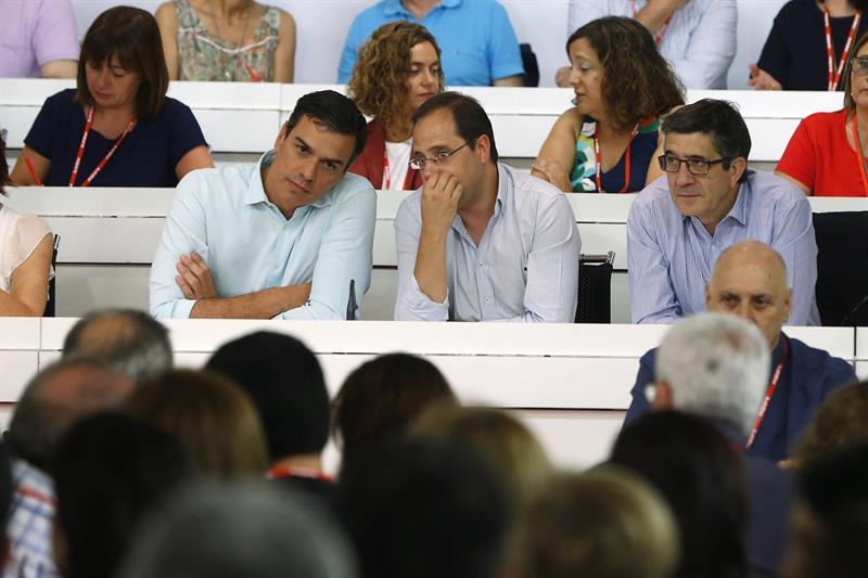 Pedro Sánchez junto a César Luena y Patxi López el pasado día 9 de julio en la reunión del Comité Federal del PSOE / Juan Carlos Hidalgo (Efe)