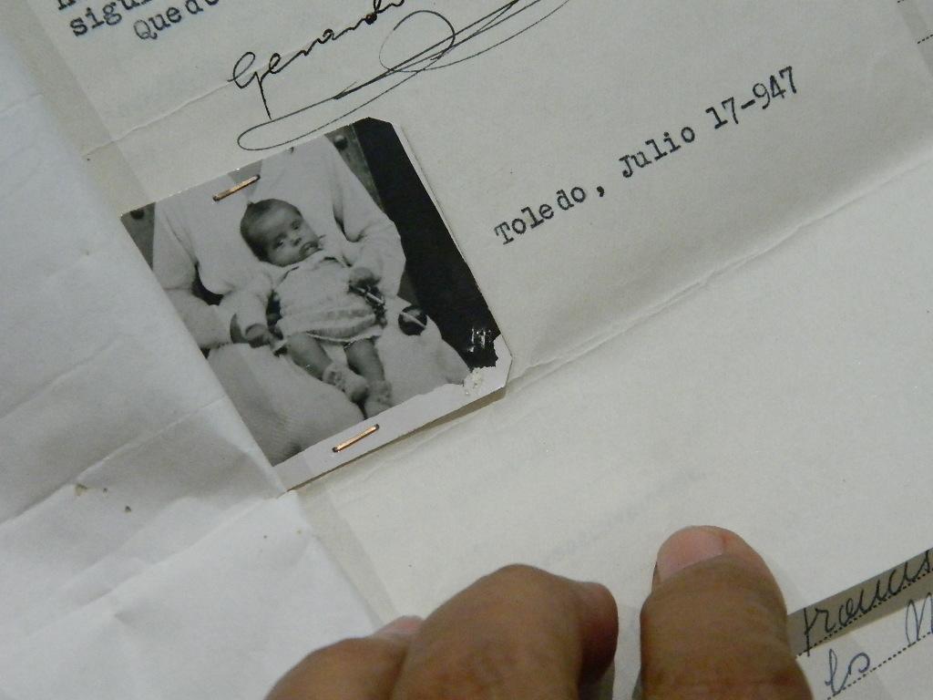 Foto que acompaña el documento de entrega del bebe al cura. / L.D.
