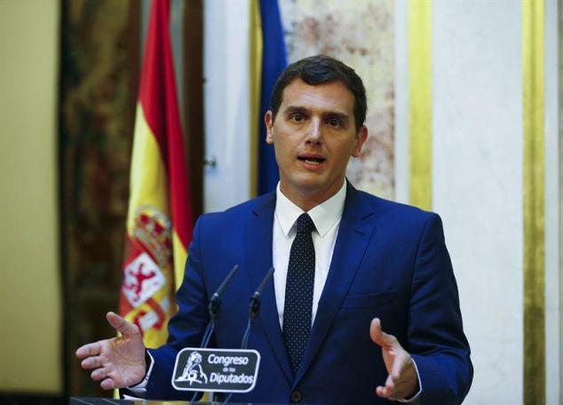 El líder de Ciudadanos, Albert Rivera, ayer, compareciendo ante la prensa en el Congreso tras su encuentro con Mariano Rajoy. / Ballesteros (Efe)