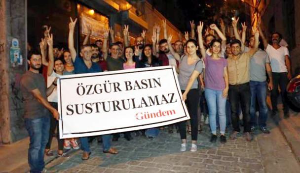 """Los periodistas liberados frente a la sede clausurada del periódico. La pancarta dice """"La prensa liber no se puede cerrar"""". / Ozgur Gundem"""