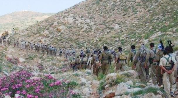 Una columnas de peshmergas del PDKI se dirige hacia Irán a través de los montes Zagros. / PDKI