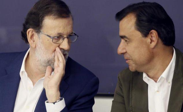 Mariano Rajoy,conversa con Fernando Martínez Maillo, al inicio, esta mañana, de la reunión del Comité Ejecutivo Nacional del PP. / Fernando Alvarado (Efe)