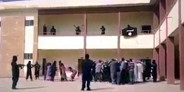 """Una de las pocas imágenes en las que se ve la """"distribución"""" de """"esclavas"""" yezidis que intentan, inútilmente, resistirse."""