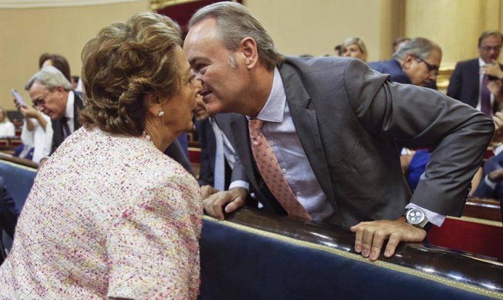 La senadora del PP, Rita Barberá, saluda a su compañero de partido, Alberto Fabra, durante la sesión de constitución del Senado el pasado 19 de julio. / Efe