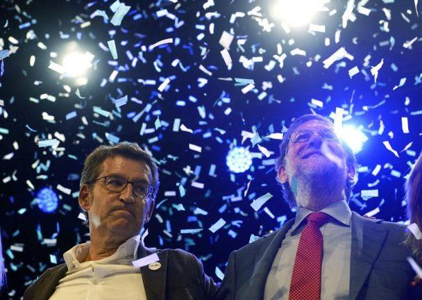 Alberto Núñez Feijóo junto a Mariano Rajoy, la pasada madrugada, durante el acto de cierre de campaña que el PP ha celebrado en Vigo. / Salvador Sas (Efe)