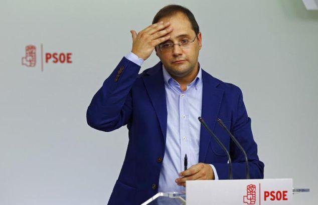 El secreteario de Organización del PSOE, Cesar Luena, compareciendo ante los periodistas en la sede de Ferraz. / J. P. Gandul