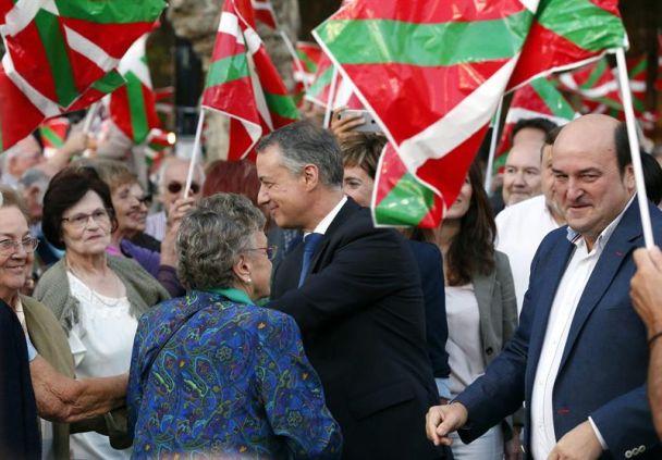 El lehendakari y candidato a la reelección por el PNV, Iñigo Urkullu, a la izquierda, junto al presidente del partido Andoni Ortuzar en el acto de cierre de la campaña electoral celebrado en El Arenal de Bilbao. / Luis Tejido (Efe)