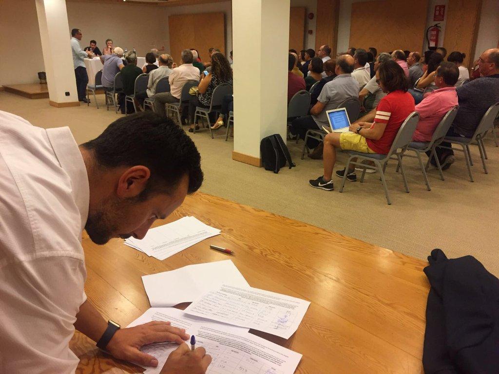 El alcalde de Ibiza, Rafel Ruiz, firma en apoyo al movimiento 'Militantes en Pie'. / @joseantoniojun (Twitter)