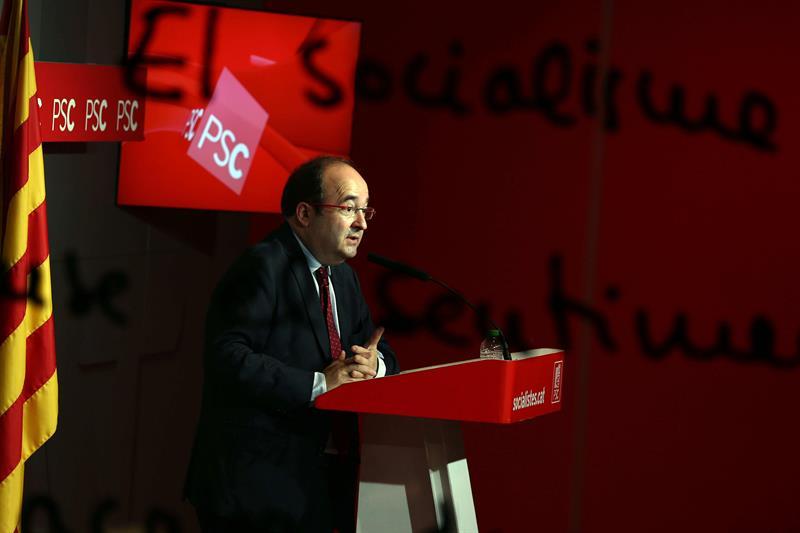 El líder del PSC, Miquel Iceta, durante la rueda de prensa ayer en Barcelona en la que afirmó que mantienen el no a Rajoy y así se lo trasladará esta semana al presidente de la gestora del PSOE, Javier Fernández,. / Toni Albir (Efe)