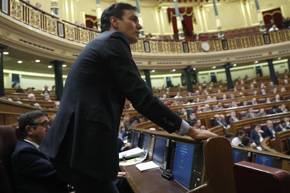 El exsecretario general del PSOE y diputado, Pedro Sánchez, ayer votando en el Congreso 'no' a Rajoy. / Chema Moya (Efe)