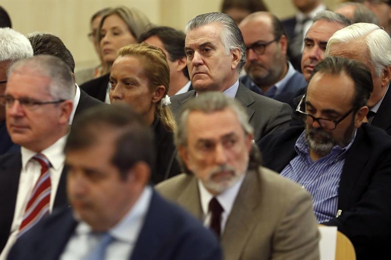 Francisco Correa, sentando en la segunda fila por delante de Luis Bárcenas, junto a otros acusados de la trama Gürtel, durante el juicio que ha comenzado hoy en la sede de la Audiencia Nacional en San Fernando de Henares (Madrid). / Chema Moya (Efe)