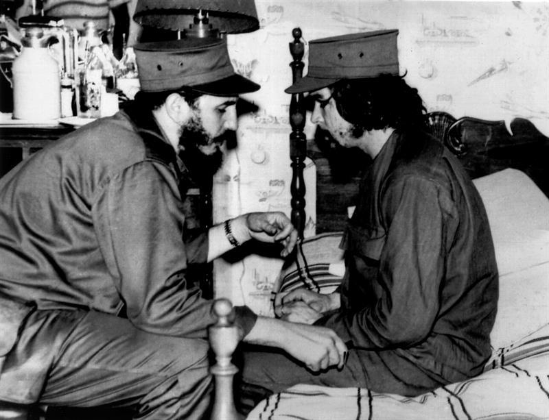 Fidel Castro y Ernesto 'Che' Guevara conversan