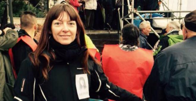 Raquel Tenías, con una pegatina de su campaña, en una manifestación. / Twitter