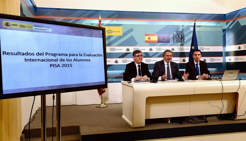 El ministro de Educación, Íñigo Méndez de Vigo, junto al secretario de Estado de Educación, Marcial Marín (a la izquierda) y al director general de Evaluación y Cooperación Territorial, José Luis Blanco (derecha), durante la rueda de prensa sobre los datos de la última Evaluación Internacional de Alumnos de la OCDE (PISA 2015). / Efe