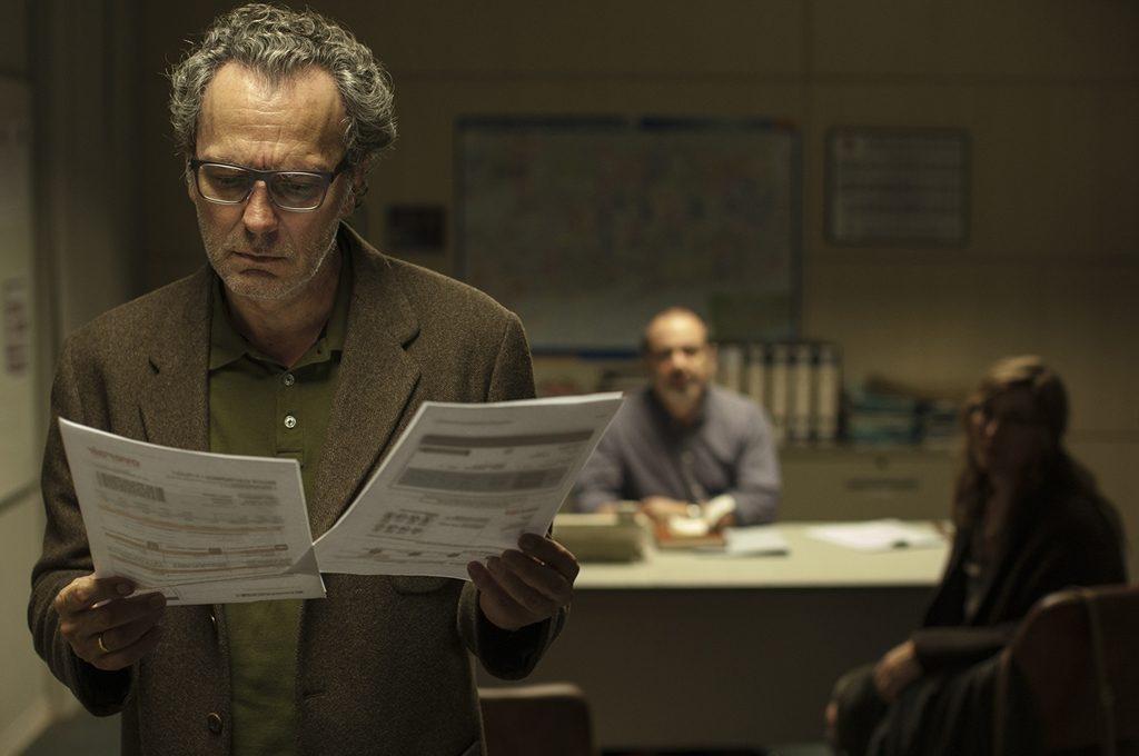 José-Coronado-examina-unos-documentos-en-una-escena-de-la-película-Contratiempo-de-Oriol-Paulo