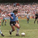 Maradona-regatea-a-la-defensa-inglesa-antes-de-marcarle-a-Inglaterra-el-llamado-gol del siglo-México-1986