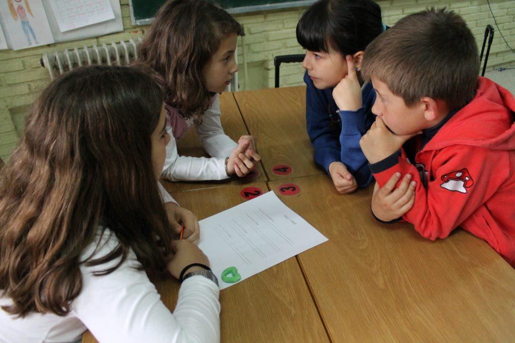 Niños-poniendo-en-práctica-el-aprendizaje-cooperativo-para-resolver-un-problema