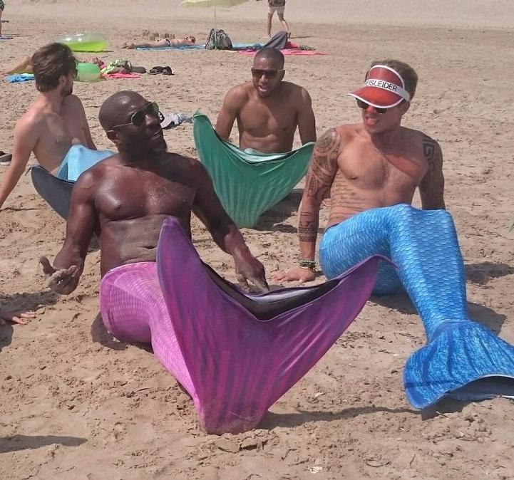 Escuela de sirenas: un grupo de 'tritones' en la playa.
