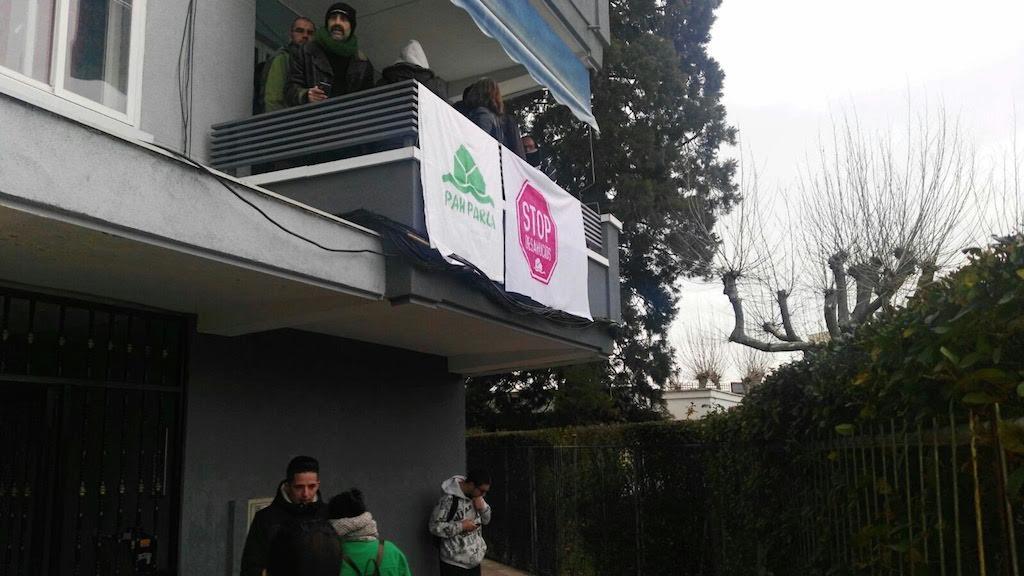 Activistas antidesahucios, en el balcón del piso de Fátima