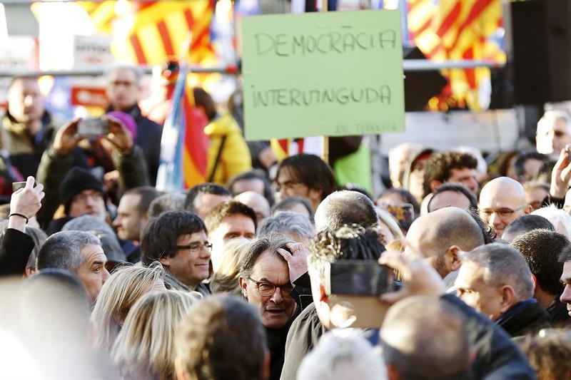 Mas y Puigdemont (en el centro), ante un cartel en el que se lee 'Democracia intervenida'