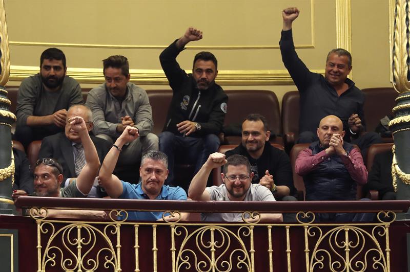 Representantes de estibadores saludan a los diputados que han contribuido a derogar el decreto de reforma de la estiba.