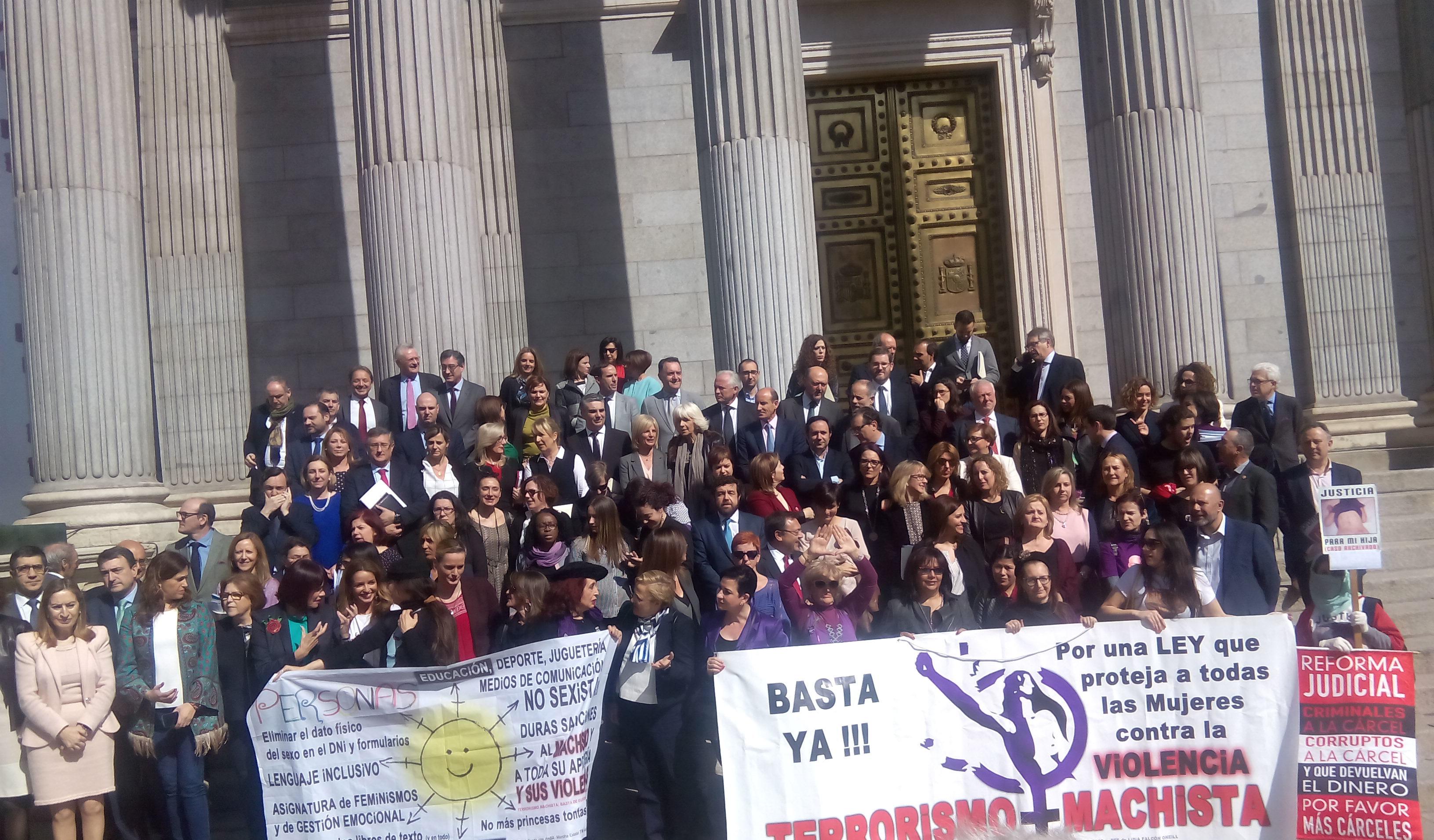 Diputadas y diputados posan en el Congreso con pancartas feministas por el Día de la Mujer.